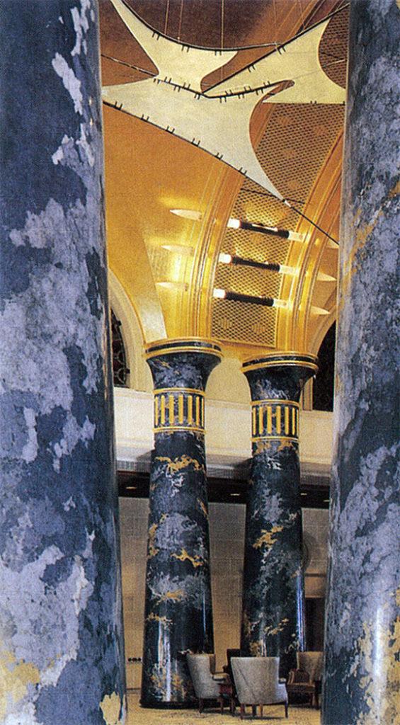 石膏マーブル仕上げの柱の間から見る。